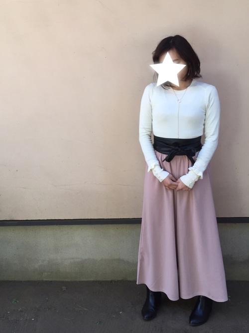 春に1枚は欲しいピンクのワイドパンツ。ホワイトのトップスとウエストマークが女性らしくて、やわらかな印象になりますね。