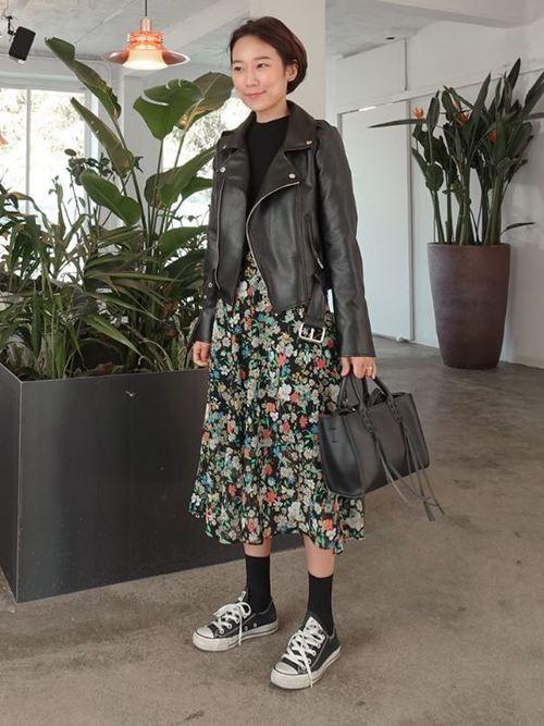 小花柄よりも少し大きい中花柄のスカート。色味がきれいなので、それを活かして他は黒で統一したのが素敵ですね。