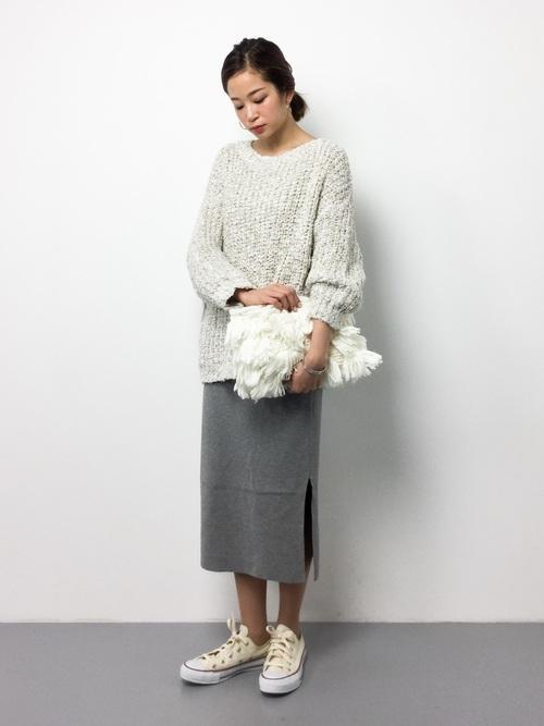 ゆったりとした白のトップスに、グレーのタイトスカートのモノトーンコーデ。ウエストインやサッシュベルト使いも◎。