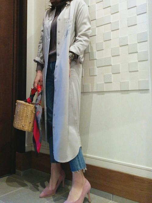 シャツワンピをコート代わりに、ユニクロのデニムを切りっぱなしで履いています。パールの施された丸かごバッグやピンクのパンプスがレディライクです。