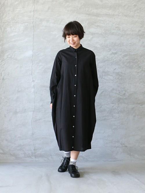 ブラックのシャツワンピがふんわりとしているので、1枚で着るとガーリーな雰囲気になりますね。ボーダーソックスがポイントです。