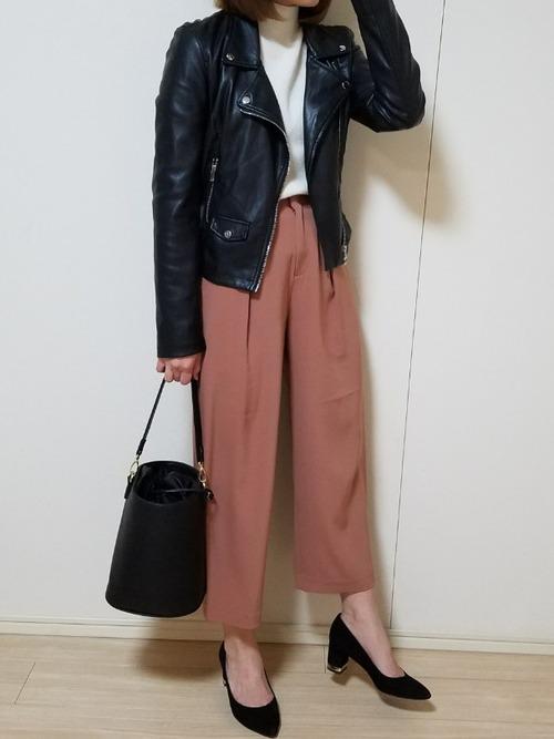 ライダースジャケットを組み合わせたハンサムな着こなしに。