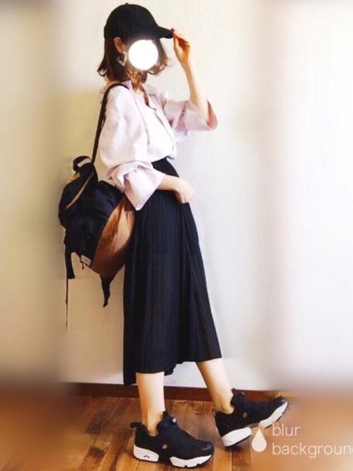 ベルスリーブ袖のピンクのブラウスでキュートに。バイカラ―のリュックで軽くカジュアルなスタイルに。