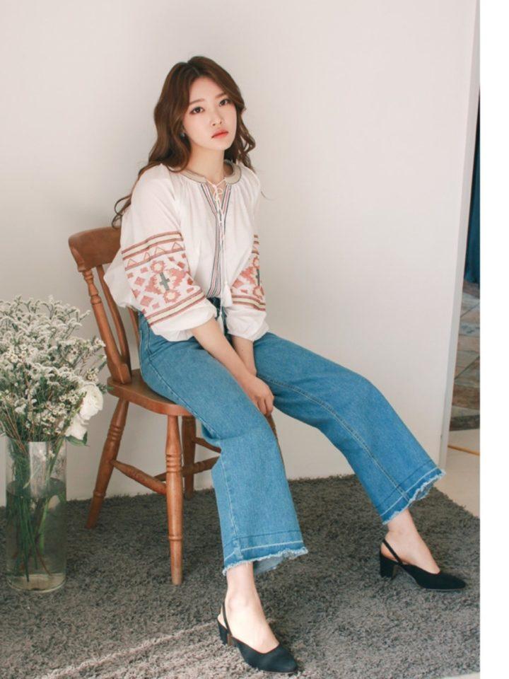 刺繍入りのブラウスと足元のパンプスで、雰囲気美人なスタイルに♡パンプスで女性らしさをプラス。