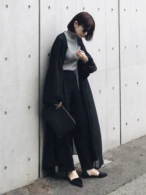 見た目はインパクトのある黒コーデですが、シフォン素材のガウンは袖がフワッとして肩にはレースも施されたとっても女性らしいデザインです。