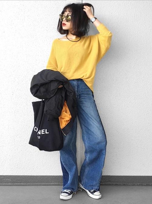 オトナの女性が着こなすメンズライクなファッションは、そのこなれ感がたまらなく素敵!春にぴったりのカラー、タンポポ色のイエローをトップスに選んだ、シンプルな着こなしです。アウターの裏地も実はイエロー♪さり気なくカラーリンクさせているところがまた素敵ですね。