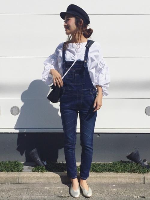 こちらはボリュームのある白のブラウス。袖のふんわりシルエットが印象的です。細身のサロペットを合わせてすっきりとした着こなしに。こちらも女子靴で女らしさもしっかりと抑えています。