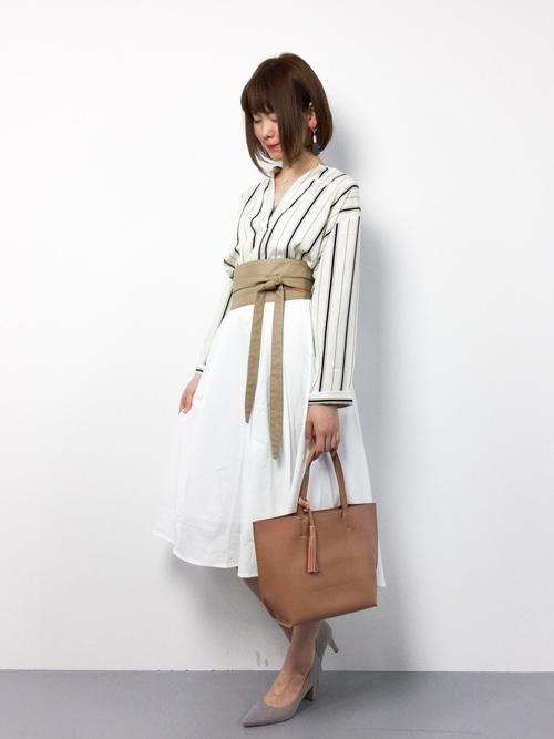 白のスカートとベージュの小物使いが上品な春のお出かけコーディネート!サッシュベルトで今年らしさを♪