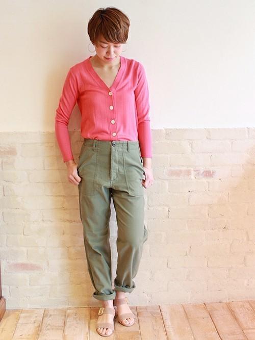鮮やかなピンクのカーディガンとカーキ色のパンツは好相性。カーディガン1枚でインする着こなしで、今年っぽく。