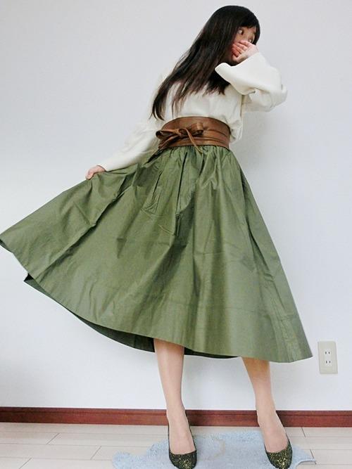 ボリュームのあるスカートと袖口がフレアなトップスが肩回りを華奢に見せてくれるコーディネート。トレンドのサッシュベルトで腰の位置を高くしているので足長効果も抜群です。ホワイト×ブラウン×グリーンの色合いが春らしくて素敵ですね。