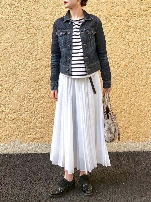 旬のプリーツスカートも爽やかに履きこなして。ふんわりとしたワンツーコーデと引き締め役のデニムジャケットのバランスがいいですね。