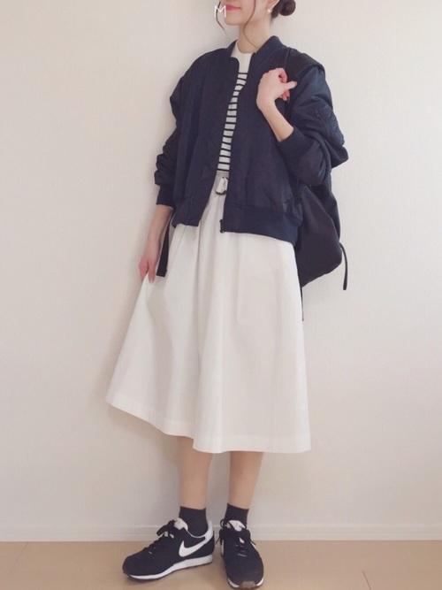 ◆靴下屋 コットンブレンド無地ショートソックス(ブラック) 白ソックスに慣れたら、セカンドトライには黒やネイビーの定番色をチョイス。黒ソックス×黒スニーカーで足元の色をつなげ、MA-1ブルゾンとホワイトスカートに元気よく合わせましょう。ソックスで色をつなげるとコーディネートが引き締まります♪