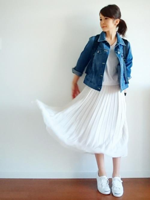 ホワイトで統一したコーディネートにブルーのデニムジャケットを合わせた、爽やかさいっぱいの着こなしです。
