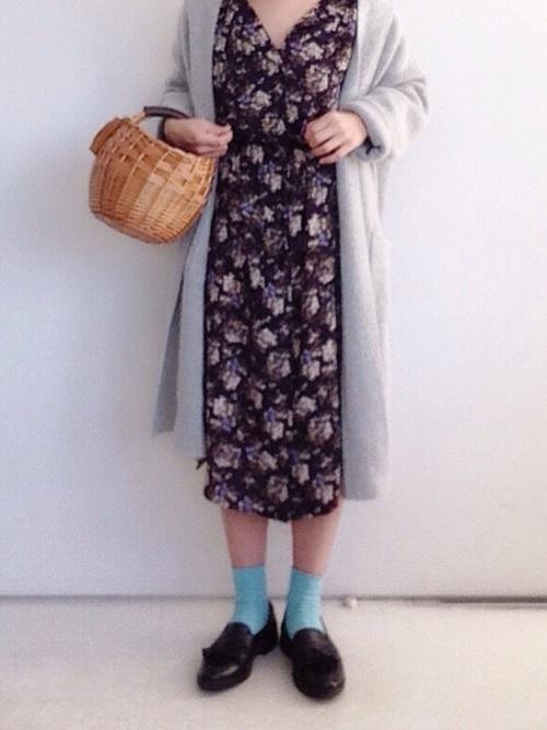 ◆靴下屋 2×2リブ ショートソックス 旬のフラワープリントのネイビーワンピースとグレーのロングカーディガンには、どちらの色とも相性が好い明るいブルーソックスをプラスして、軽やかな春いろコーデを楽しみましょう♡きれいなブルーのソックスは夏はサンダルに合わせても◎