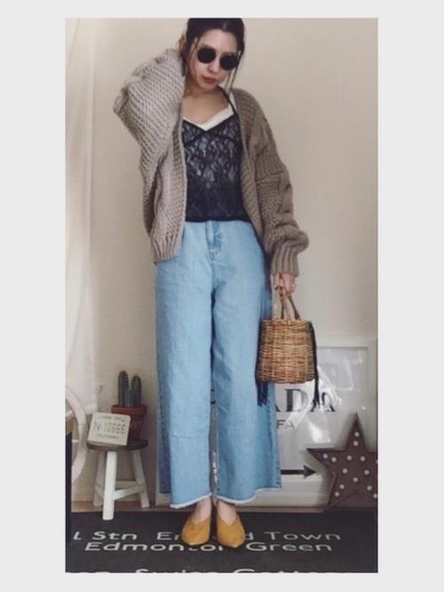 ワイドデニムとゆるいニットカーデのコーデがかわいいですね。部屋着のようなセクシーさがあえて素敵です。カゴバッグの形やイエローのパンプスの形がトレンドですね。女子会に着ていきたいです。
