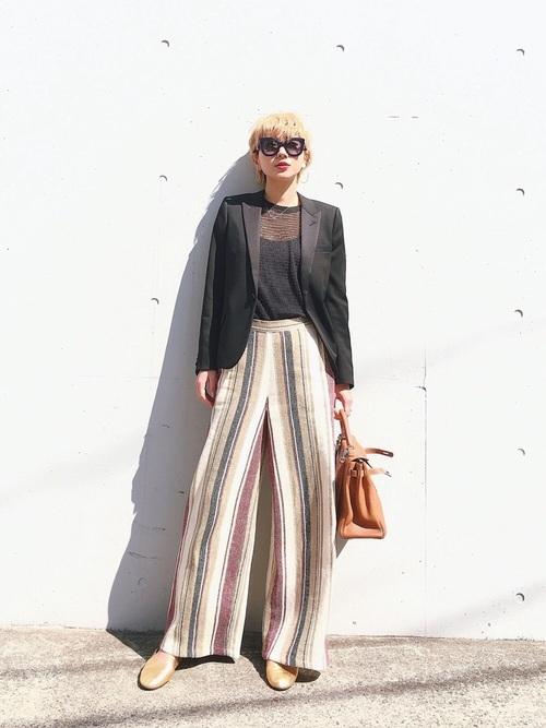 トレンドのストライプ柄ワイドパンツにジャケットを合わせて、透ける素材のインナーをチョイス。たったひとつのアイテムで、メンズライクなスタイルを大人の女性の着こなしに替えてしまう、マジックのようなコーディネートです。