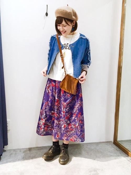 フリンジタイプのデニムジャケットもありますよ。ショート丈のフリンジデニムジャケットとパープルのペイズリースカートを合わせた個性派コーデ。