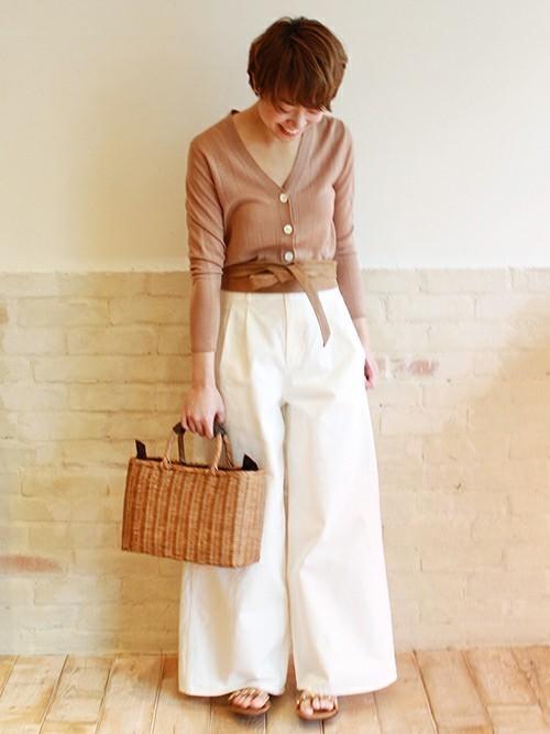 ベージュ×白のやわらかな色合いが春らしい着こなしですね。旬のサッシュベルトでオシャレ度をアップ!