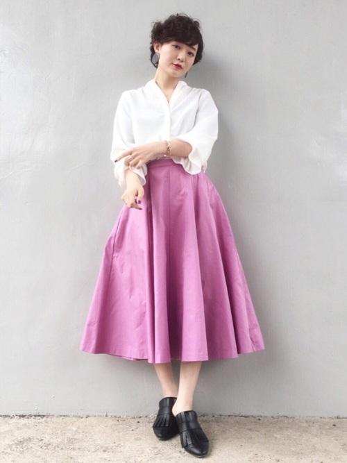 白のブラウスにボリュームのあるピンク系のスカートがドラマティック。あえて足元をマニッシュにして、甘過ぎないようにしています。