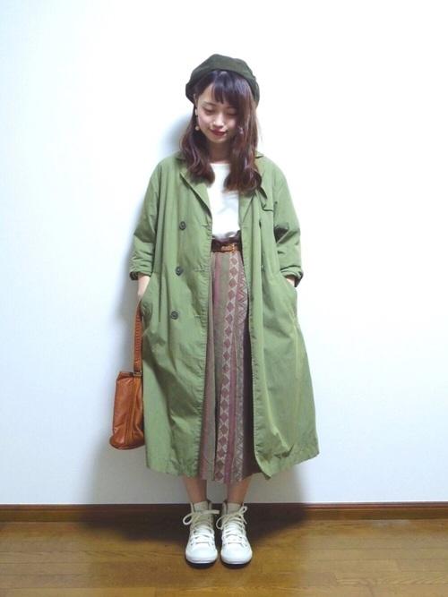 ボヘミアンテイストなスカートにカーキのジャケットで古着っぽさを感じる色合いです。スニーカーは白で清潔感を出して。