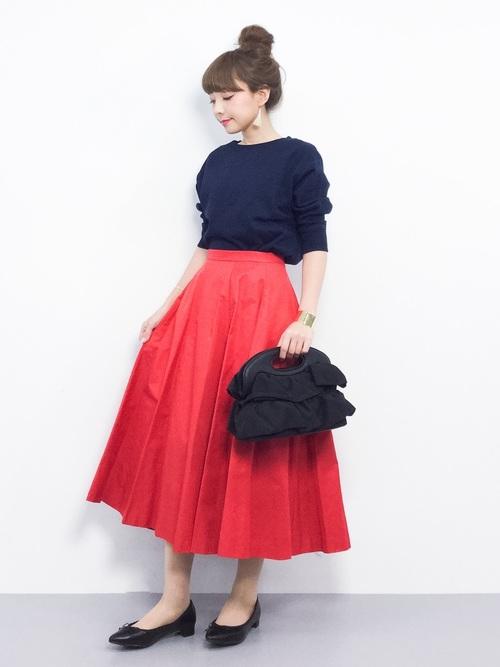 エレガントな張り感のあるロング丈フレアスカートに合わせたシンプルな5分袖のトレーナー全体をスッキリ見せてますね♪フラットシューズも、これしかない合わせ技ですね!