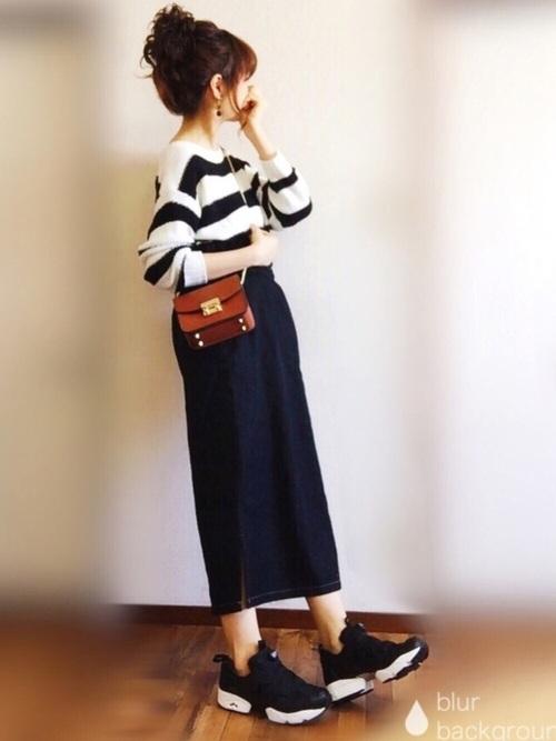 ハイウエストのデニム地ロングスカートとあわせて。太めのボーダーは明るい雰囲気を与えてくれる優秀アイテム!