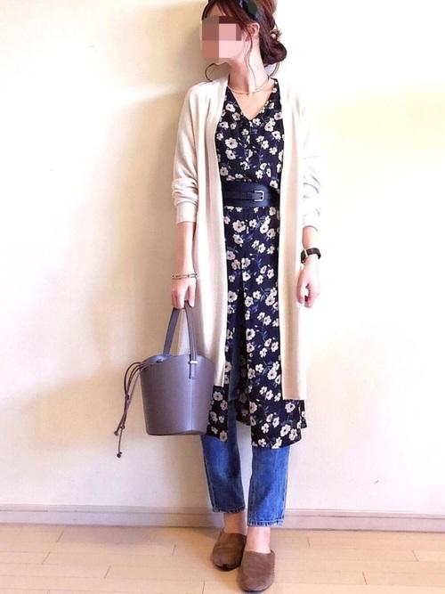 目立つ花柄が女性らしい印象。少しボタンをはずしてパンツと合わせ、カジュアルに着こなすのがオススメ。
