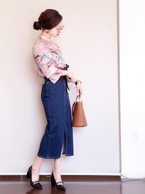 ピンクの花柄のブラウス。女性らしさを引き立ててくれる1着ですね。フロントのスリットがポイントになっているデニムのタイトスカートとコーディネート!