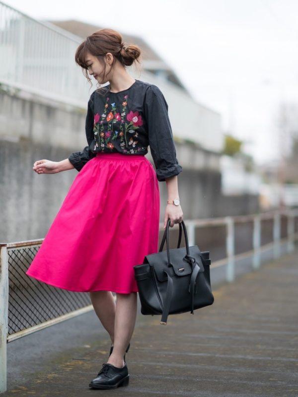 マゼンタカラーのフレアスカートを使った大人ガーリーコーで。可愛さ全開のピンクカラーのスカートは、刺繍入りのブラウスと合わせて♪ブラックカラーでまとめているので、大人な仕上がりに♪