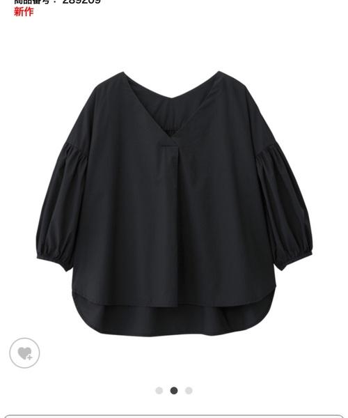 ◆ボリュームスリーブブラウス(7分袖) ¥1,990  ハリのあるコットン素材とドロップショルダーになったボリューミーな袖がチャーミングなブラウス。大人っぽいブラックを選べばシックにもフェミニンにも着まわせます。デニムのタイトスカートやパンツに合わせてカジュアルダウンもOK!