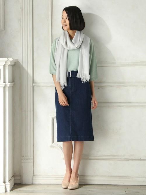 カジュアルになりがちなデニムスカートも、タイトなシルエットとベルトで女性らしいスタイルに。大人の休日スタイルにぴったりです。