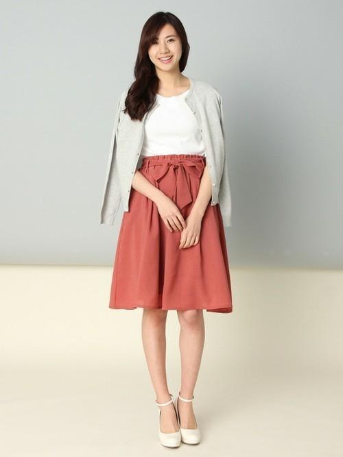 オフィススタイルにもデートにもOKなフェミニンスタイル。鮮やかなスカートが春らしさをプラスしていますね。