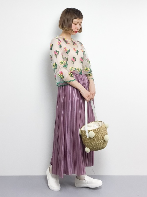 チュールの透け感が春らしくレディライクな一枚。大きめのカラフルな花柄が目を引きます。プリーツスカートと合わせて軽やかなイメージに。