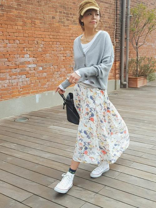 春らしい華やかなスカートをグレーのカーディガンで大人っぽくまとめていますね!肩が落ち気味のデザインは女性らしく、女度も上がります♡