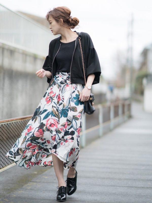こちらも大きなサイズの花柄スカートを使ったコーデ。ホワイトカラーべベースなので、爽やかな印象に。花のピンクがアクセントになっていますね。可愛くてモダンな雰囲気がとっても素敵です。