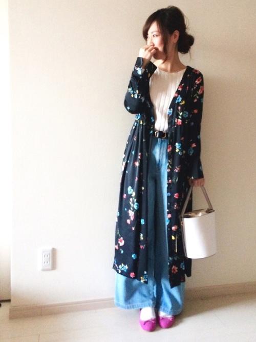 花柄ガウンは、この春大人気のアイテムです!ライトブルーのワイドパンツでカジュアルに着こなしたら、お散歩にピッタリのペタンコ靴を。ペタンコでも、ショッキングピンクだからかわいさ抜群◎