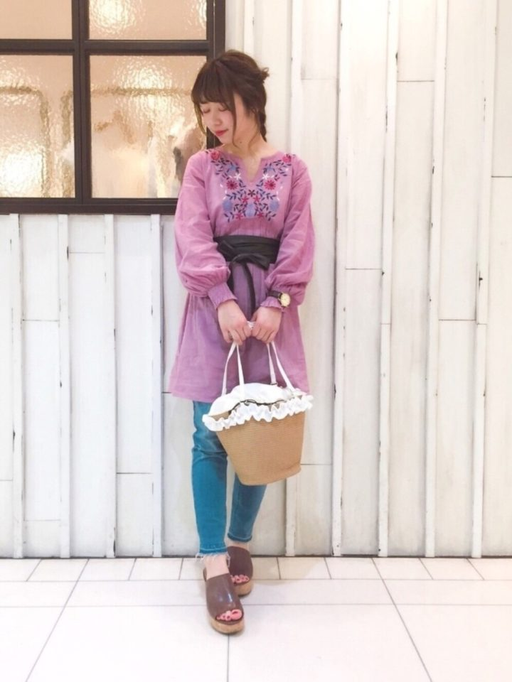 トレンドのピンク色が春らしいですね。くびれた襟元のまわりに施されたカラフルな花模様の刺繍が、ガーリーな雰囲気♡