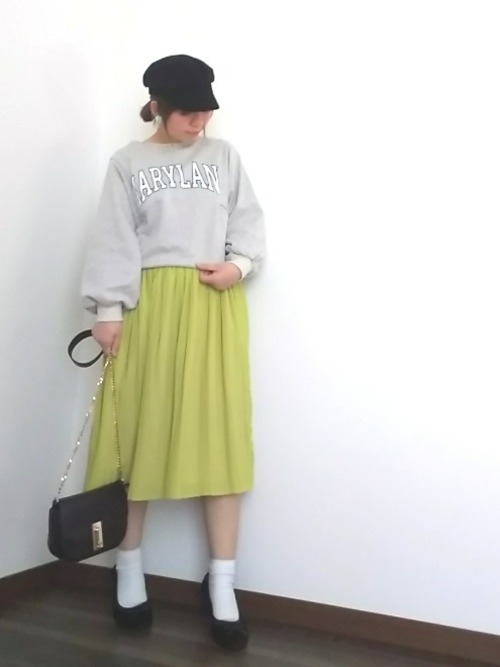 今季、注目カラーのイエローのスカートと合わせて。小物はレディなアイテムでまとめて女性らしく。