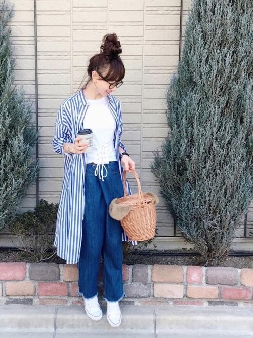 ライトブルーのストライプロングシャツがさわやかなコーディネート。ゆるっとしたデニムパンツは、動きやすくて子供とのお出かけも楽チンです♪さわやかコーデには、白のトップスと靴が欠かせません!