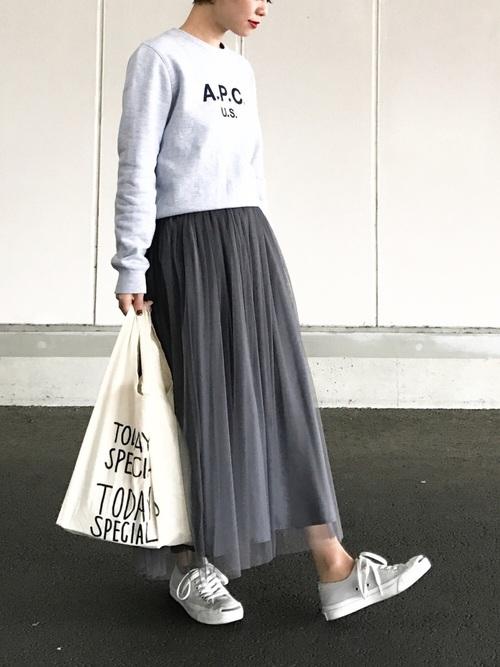 ゆる感あるスウェットにガーリーなチュールスカートを合わせたMIXコーデ。足元は素足で軽さを出して。