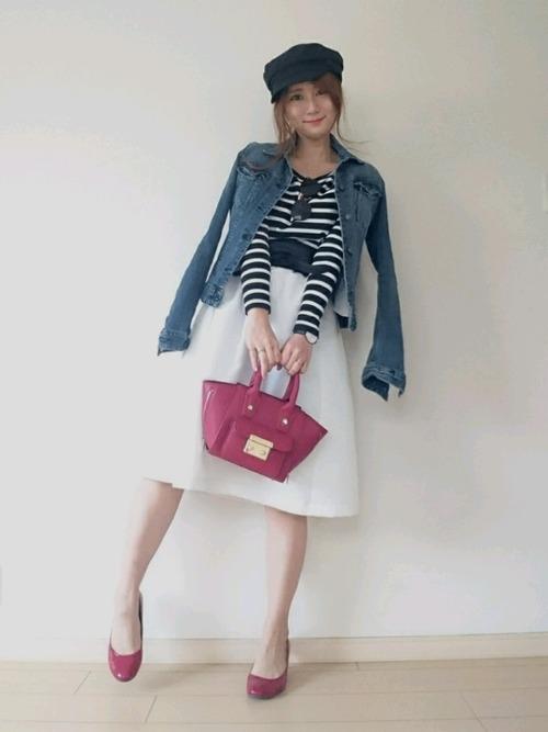 ブラックとホワイトを中心としたモノトーンマリンには、小さめトート型のレッドのバッグをプラス。かわいい雰囲気をかもし出せますね。
