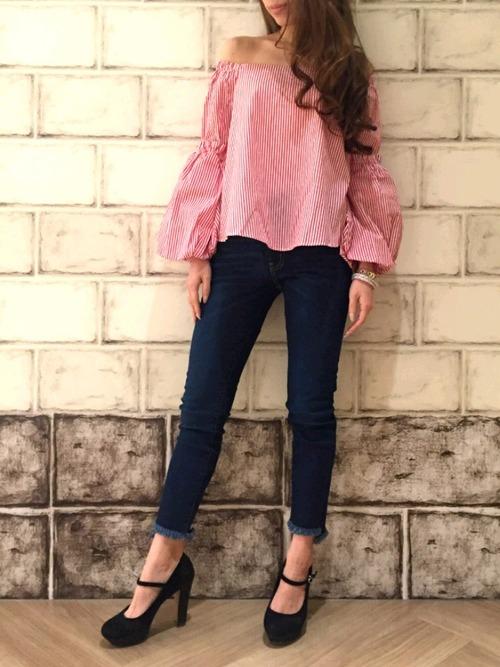 デニムストレッチスキニーパンツの裾がフリンジ加工されているので美脚効果UP!流行りのオフショルブラウスが可愛く魅せる♪