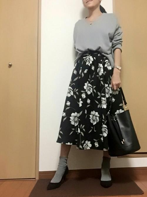 春に人気の花柄スカートも、黒ベースなら落ち着いた印象になるので、オフィスコーデにもおすすめです☆トップスと靴下を、花柄に合わせてグレーにすれば、コーデに統一感が出て、すっきりした印象になりますよ♪