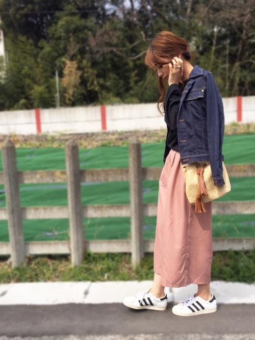 ピンクのスカートにGジャンは、春におすすめの定番コーディネート!足元をスニーカーにすれば、大人カジュアルにまとまって、お散歩デートにもピッタリです☆