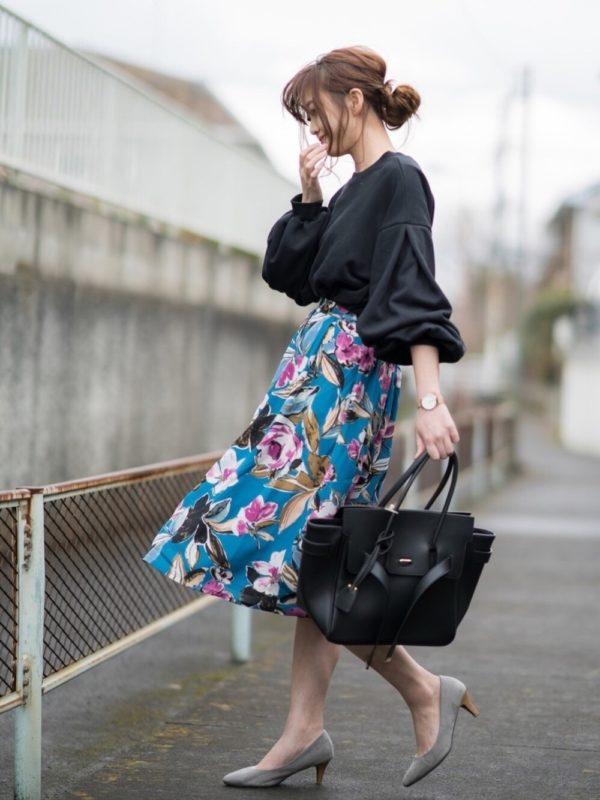 発色の良い大きな花柄スカートを使ったコーデ。主役になる花柄スカートは、ブラックカラーのアイテムと合わせて、モダンな雰囲気に。パンプスで抜け感を出して、軽やかさを♪