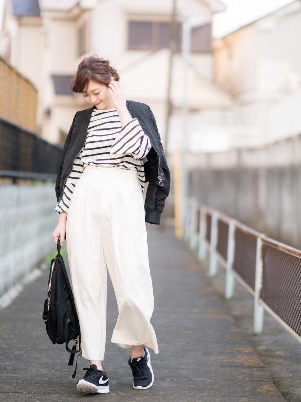 お洒落になるホワイトカラーのワイドパンツコーデ。人気のワイドパンツは、ホワイトカラーで爽やかさ全開に♪モノトーンスタイルで、カジュアルさにモードな雰囲気が漂っています。
