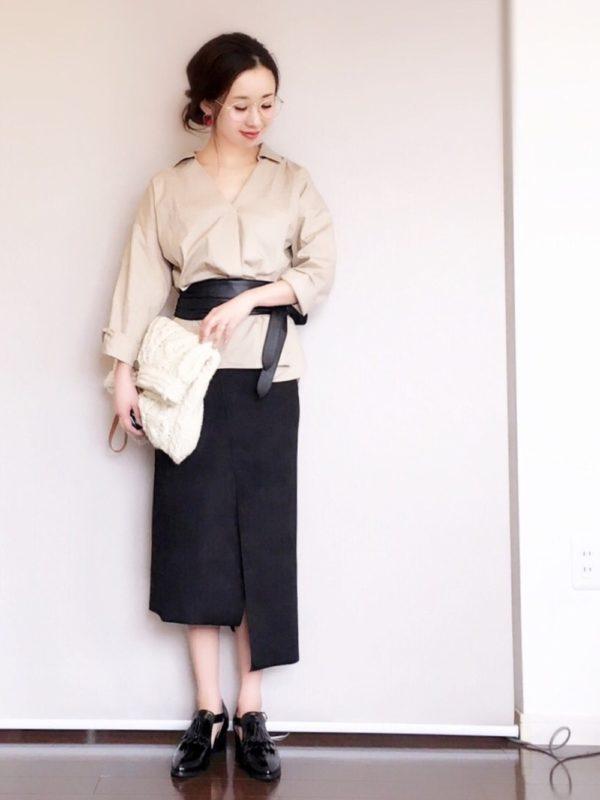 シンプルな大人っぽいシャツブラウス。サッシュベルトでウエストを絞り、ロングタイトスカートに続く縦長のラインを作っています。