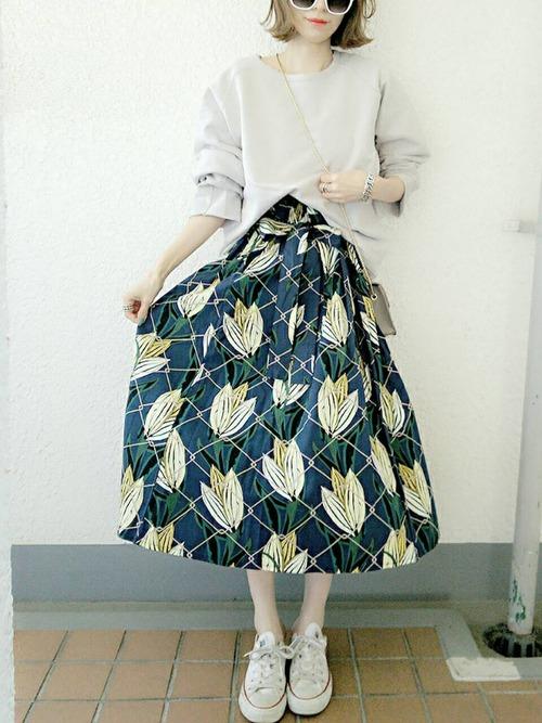 白のコンバースに白のトップス、そしてこの派手なスカート!他のアイテムを白で統一したことで、スカートのかわいさが際立ちますね。さらにシンプルなコンバースにもよく合います。春は柄物が気になる季節です。暖かくなってきたので、足首を出して素肌感を見せましょう。