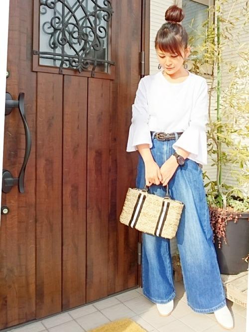袖がフレアになっているフェミニンなトップスとワイドデニムの組み合わせで大人カジュアルに。キレイめで使いやすいワイドデニムはスタイルがよく見えます。