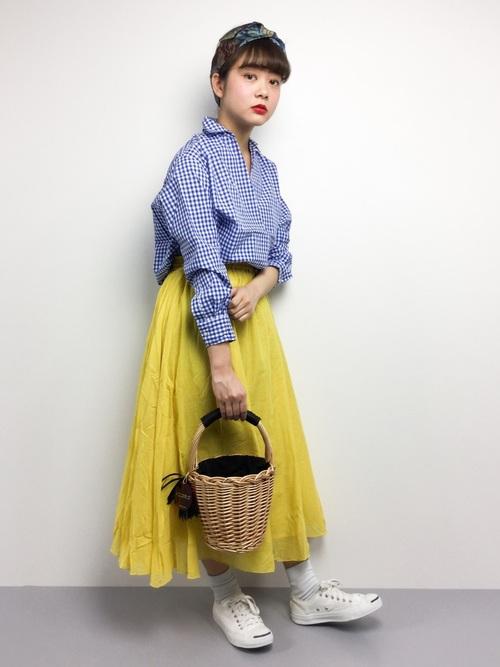 旬のカラー、イエローのスカートと合わせた軽やかな春のカジュアルコーデ。